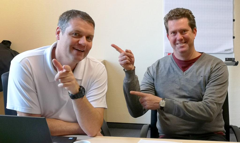 Entspanntes Lehrer-Schüler-Verhältnis: Dr. Stephan Knoblauch und Nick Oliver nach drei Tagen Schulung zum Gas Distribution Office (GTO) für Smallworld GIS.
